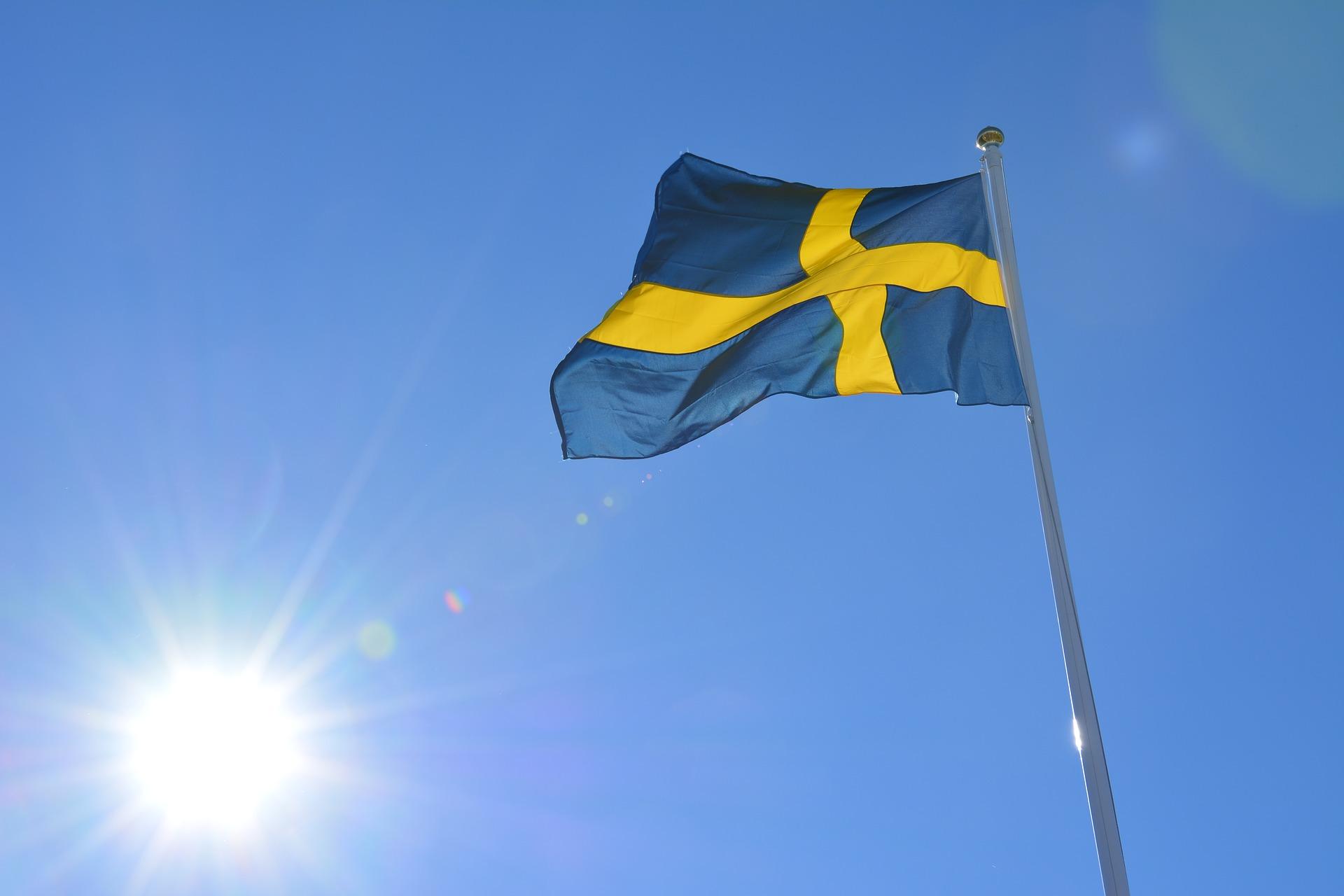 Schwedenflagge vor blauem Himmel als HIntergrund